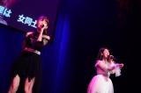 けがで休演を発表していた小嶋陽菜が伊豆田莉奈と「禁じられた2人」(C)AKS