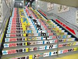 ホームの階段には『こち亀』の背表紙を並べた広告を展開(C)秋本治・アトリエびーだま/集英社