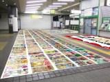 改札外の床面はコミック表表紙を200冊全て並べて掲出(C)秋本治・アトリエびーだま/集英社