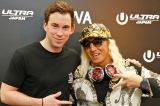 『ULTRA JAPAN 2016』のAWA特別会場に登場したハードウェル(左)、DJ KOOらと対面し会話を楽しんだ(撮影:ウチダアキヤ) (C)oricon ME inc.