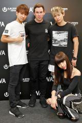 『ULTRA JAPAN 2016』のAWA特別会場に登場したハードウェル(後列中央)、lolのメンバーらと対面し会話を楽しんだ(撮影:ウチダアキヤ) (C)oricon ME inc.