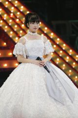 純白のドレスなど9変化を披露した佐々木彩夏 photo by HAJIME KAMIIISAKA