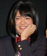 舞台あいさつでも劇中と同じく女子用の制服姿にメイクを施して登場 (C)ORICON NewS inc.