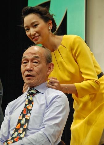 敬老の日とあり肩たたきで笹野高史をねぎらう杏 (C)ORICON NewS inc.