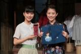 プレゼント交換でもらった品(万年筆とブックカバー)を手に(C)NHK