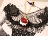 唇のチョコレートを乗せたカップケーキをモチーフにしたネックレス (C)oricon ME inc.