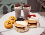 オバケが生クリームで描かれたパンケーキがセットになっている『ハロウィン限定アフタヌーンティーセット』もおすすめ! (C)oricon ME inc.