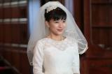10月3日スタート、NHK連続テレビ小説『べっぴんさん』ヒロイン・すみれの結婚式シーンの撮影で初めてウエディングドレスを着用した芳根京子(C)NHK