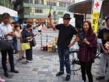 尾野真千子が東京・有楽町駅前で主演ドラマのフライヤー配りに挑戦。共演の佐藤浩市も駆けつけた (C)ORICON NewS inc.