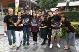 尾野真千子が東京・有楽町駅前で主演ドラマのフライヤー配りに挑戦。共演の佐藤浩市も駆けつけた。ドラマスペシャル『狙撃』はテレビ朝日系で10月2日放送(C)テレビ朝日