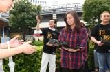 尾野真千子が東京・有楽町駅前で主演ドラマのフライヤー配りに挑戦。共演の佐藤浩市も駆けつけた 。ドラマスペシャル『狙撃』はテレビ朝日系で10月2日放送(C)テレビ朝日