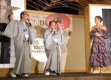 トレンディエンジェルがアリシア・ヴィキャンデルに傘をプレゼント (C)ORICON NewS inc.