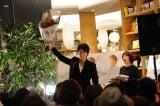 桐谷健太のガッツポーズに驚くMCの川島葵(右)