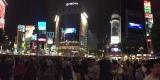 午後9時すぎ、東京・渋谷スクランブル交差点のビジョンでも告知映像が流れた