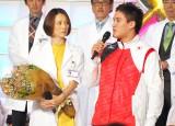 ドラマ『ドクターX〜外科医・大門未知子』の制作発表会見に出席した(左から)米倉涼子、ベイカー茉秋選手 (C)ORICON NewS inc.