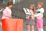 小林幸子(左)がぺこ&りゅうちぇるをイメージした書をプレゼント (C)ORICON NewS inc.