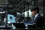 松山ケンイチ演じるLが8年ぶりに登場。写真は東出昌大演じる三島創、パソコンにはLの姿が… (C)大場つぐみ・小畑健/集英社(C)2016「DEATH NOTE」FILM PARTNERS