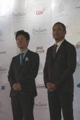 『第21回釜山国際映画祭』10月6日に行われた開幕式のレッドカーペットを歩く渡辺謙と李相日監督