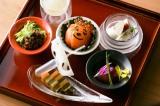 「トマトのワイン漬け」「そば味噌とパクチー」「トリフ風味豆乳ブラマンジェ」などの全6種類の先付け500円