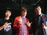 OOPARTZのJUVENILE(左)、RYUICHI(右)とMVに出演する藤森慎吾(中央)