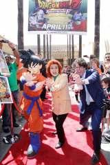 米ハリウッドから全世界へ向けて「かめはめ波!」(左から孫悟空、野沢雅子、ショーン・シュメル)