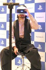 『PlayStation VR』を体験する山田孝之 (C)ORICON NewS inc.