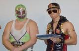(左から)スーパー・ササダンゴ・マシン選手、レイザーラモンHG=『劇場版プロレスキャノンボール2014』舞台あいさつの模様 (C)ORICON NewS inc.