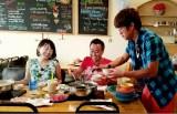 狩野アナを囲み、思い出に残るお昼ごはんになるはずが…(C)テレビ東京
