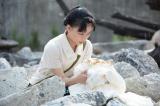 NHK連続テレビ小説『べっぴんさん』第12回より。焼け跡から半分焼けたはな(菅野美穂)のウエディングドレスを見つけるすみれ(芳根京子)(C)NHK