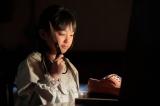 NHK連続テレビ小説『べっぴんさん』第2回より。靴作りに興味を持ち、父親の靴を分解してしまうすみれ(渡邊このみ)(C)NHK