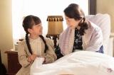 NHK連続テレビ小説『べっぴんさん』第4回。刺しゅうをやり直したハンカチを母のもとに届けるすみれ(渡邊このみ)。「べっぴんやな」と喜ぶはな(菅野美穂)(C)NHK