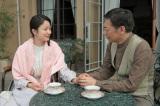 NHK連続テレビ小説『べっぴんさん』第5回。夫の五十八(生瀬勝久)にゆりとすみれのことを託すはな(菅野美穂)(C)NHK