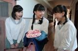 NHK連続テレビ小説『べっぴんさん』第5回。17歳になったすみれ(芳根京子)。同級生の多田良子(百田夏菜子)と田坂君枝(土村芳)(C)NHK