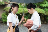 NHK連続テレビ小説『べっぴんさん』第6回。坂東家から解雇された女中の小野マツと娘の明美(谷村美月)(C)NHK