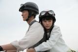 NHK連続テレビ小説『べっぴんさん』第7回。野上潔(高良健吾)のバイクで送ってもらうすみれ(芳根京子)(C)NHK