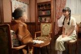 NHK連続テレビ小説『べっぴんさん』第9回。祖母・トク子(中村玉緒)から両親が懸命に働いて、会社を築き上げた話を聞く(C)NHK