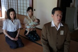 NHK連続テレビ小説『べっぴんさん』第12回。 近江の本家・座敷にて。玉音放送を聞き、終戦を迎えたことを知るすみれたち(C)NHK