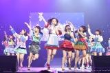 センターを務める46thシングル「ハイテンション」を初披露した島崎遥香(中央) (C)AKS