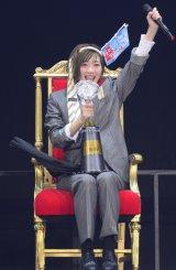 じゃんけん大会で7代目女王に輝いた田名部生来 (C)AKS