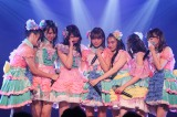 JKT48の1期生とともに「夢の河」を涙で熱唱(C)JKT48 Project