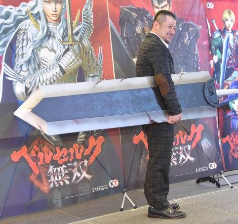 「ドラゴン殺し」を持って登場したケンドーコバヤシ=アクションゲーム『ベルセルク無双』完成発表会 (C)ORICON NewS inc.