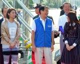 『ちばアクアラインマラソン』のランナーに声援を送った(左から)秋元才加、森田健作千葉県知事、乃木坂46高山一実