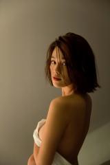 布一枚で…美背中も披露=筧美和子 写真集『Parallel』