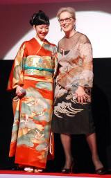 『第29回 東京国際映画祭(TIFF)』オープニングセレモニーに出席した(左から)メリル・ストリープ、黒木華 (C)ORICON NewS inc.