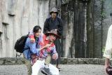 市原隼人にコブラツイストをしかける木村多江(C)2016 RANMARUとゆかいな仲間たち
