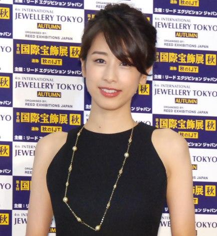 黒いノースリーブの加藤綾子
