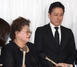 弔問に訪れた(左から)和泉節子、和泉元彌 (C)ORICON NewS inc.