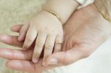 吉瀬美智子の初エッセー集『幸転力』(小学館) 38歳で生まれた娘と手を合わす様子
