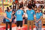 フジテレビ系バラエティ『VS嵐300回記念スペシャル』(左から)歌広場淳、児嶋一哉、土田晃之、ローラ