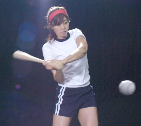 体操着姿でスイングをする稲村亜美